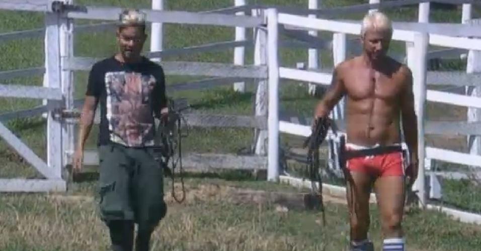 12.ago.2013 - Depois do descanso, Yudi e Paulo Nunes foram cuidar dos cavalos