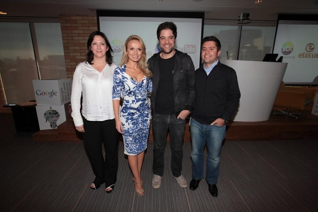 12.ago.2013 - Eliana posa com a diretor geral da Endemol Brasil, Juliana Algañara; o diretor do