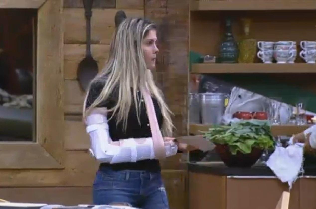 12.ago.2013 - Grupo coelho perde atividade e Bárbara é obrigada a usar tala no braço