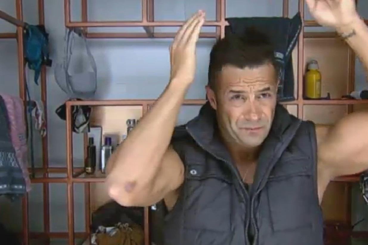 12.ago.2013 - Marcos Oliver se preparando para sua tarefa do dia