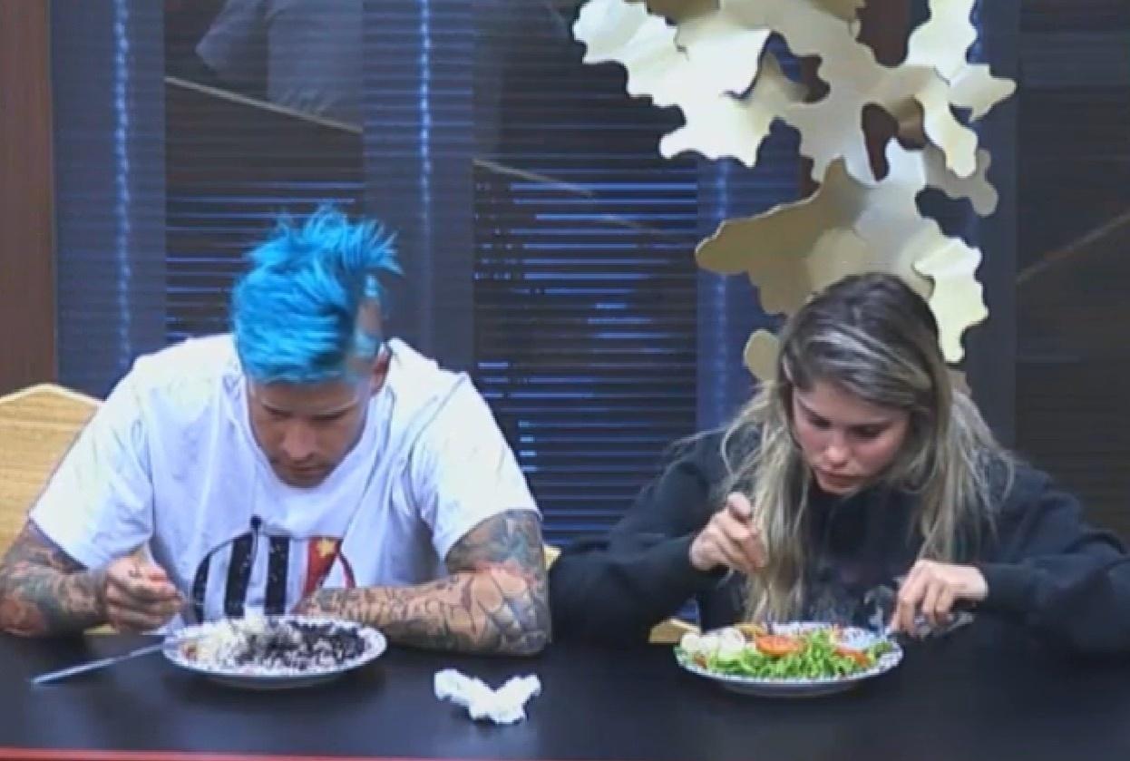 12.ago.2013 - Mateus Verdelho e Bárbara Evans comeram juntos