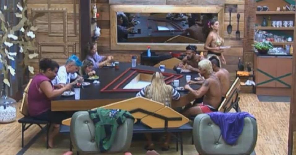 12.ago.2013 - Peões se reunem para almoçar