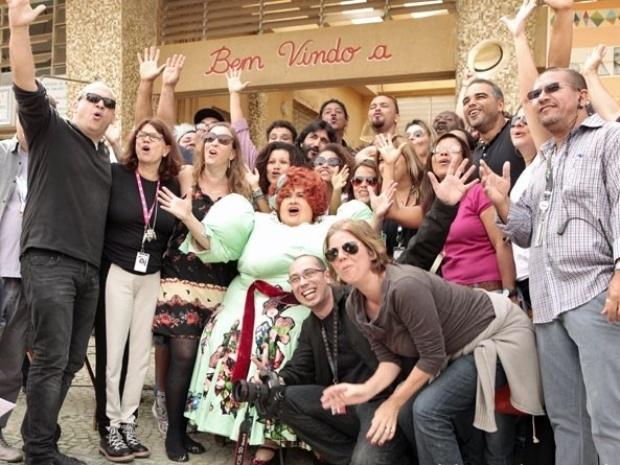 12.ago.2013- Elenco comemora sucesso de gravação da explosão de Dona Redond (Vera Holtz)