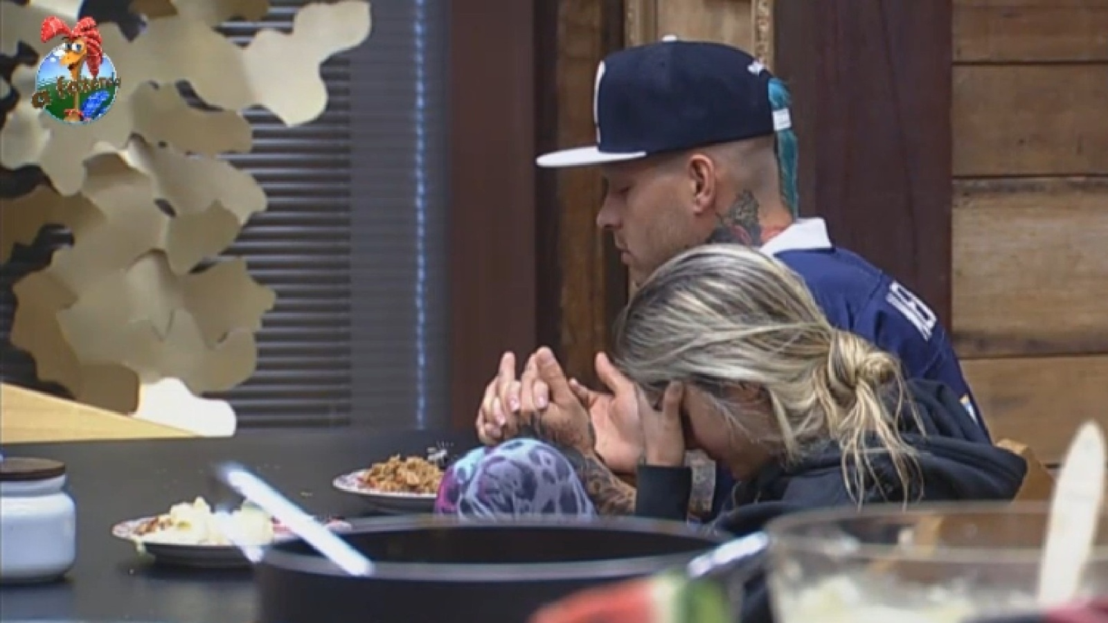 13.ago.2013 - Bárbara e Mateus rezam juntos antes do almoço