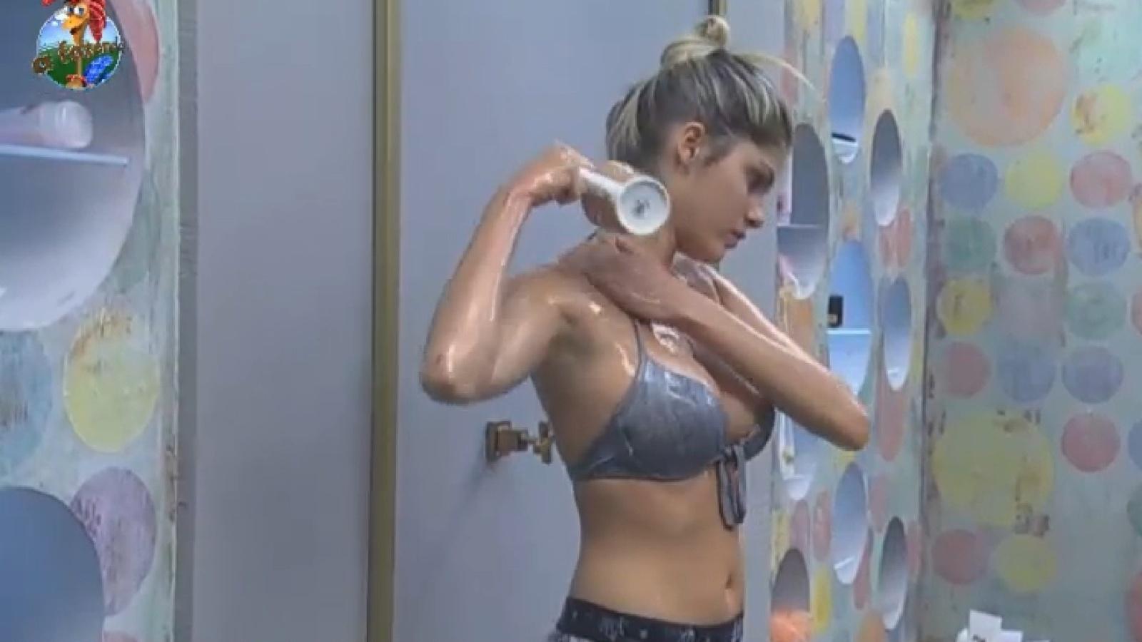 13.ago.2013 - Bárbara Evans toma banho de caneca na manhã desta terça-feira
