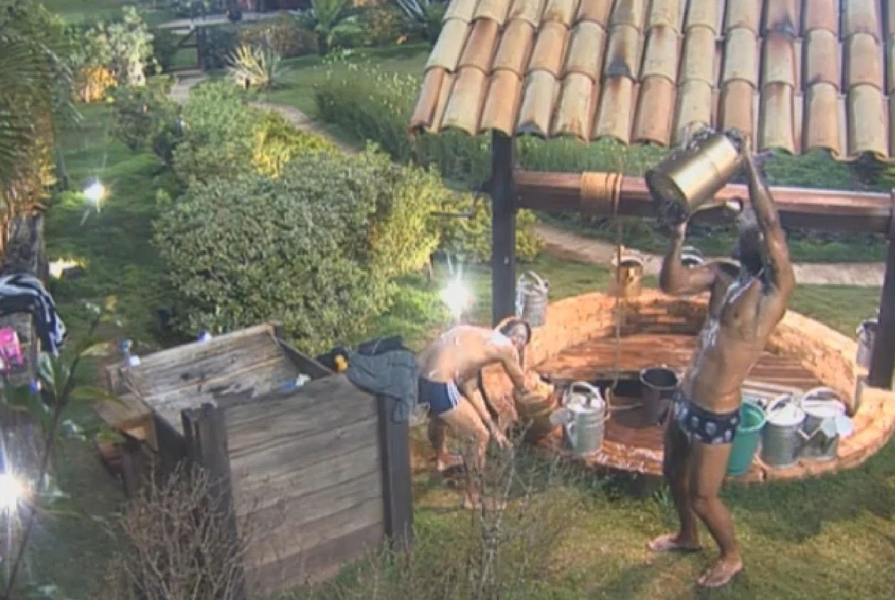 13.ago.2013 - Beto Malfacini e Yudi tomam banho com água do poço