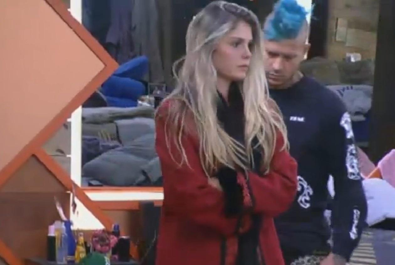 13.ago.2013 - Com frio, Bárbara coloca um casaco por cima de seu vestidinho curto