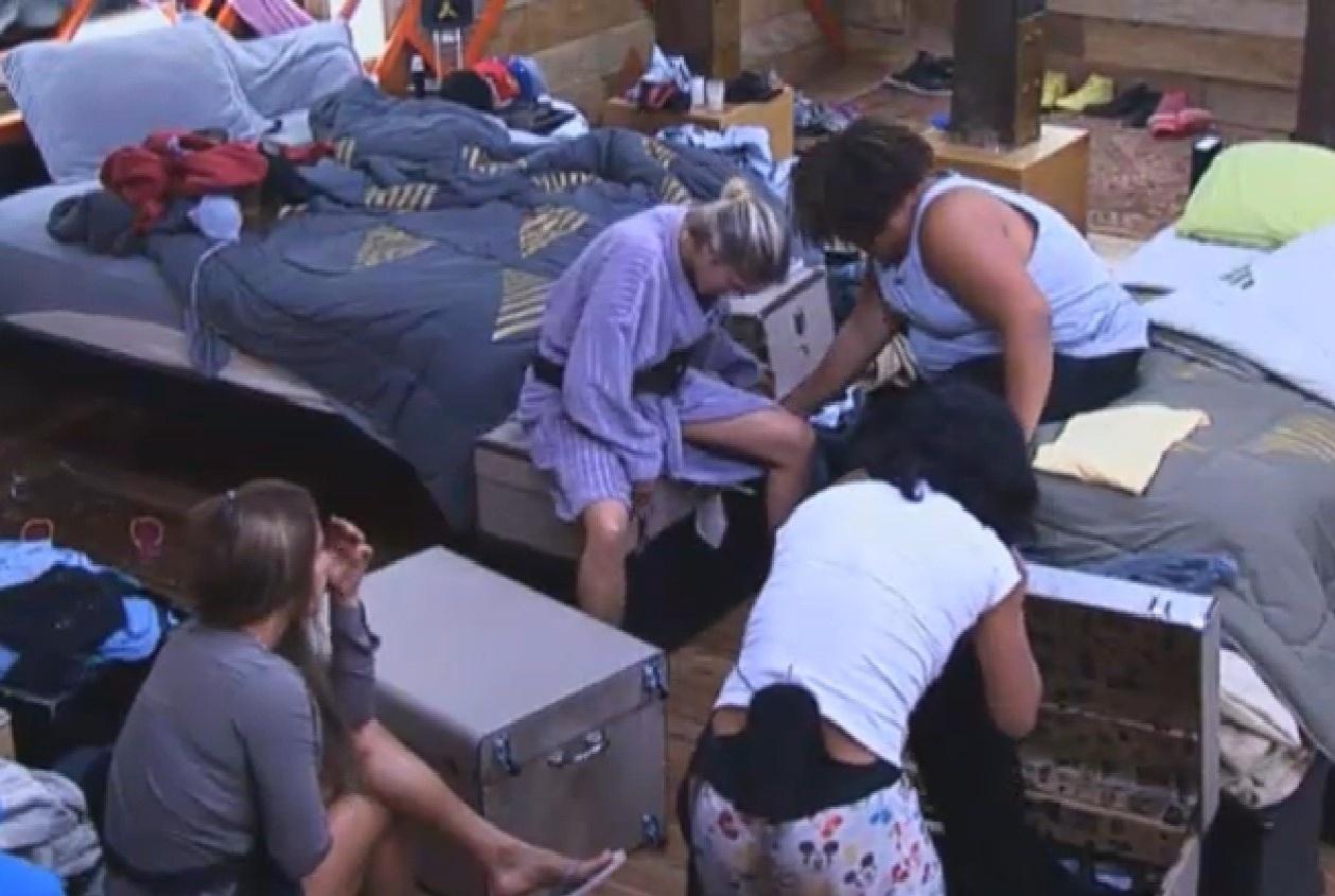 13.ago.2013 - Gominho ajuda Bárbara a fechar sua mala enquanto Denise conversa com Scheila