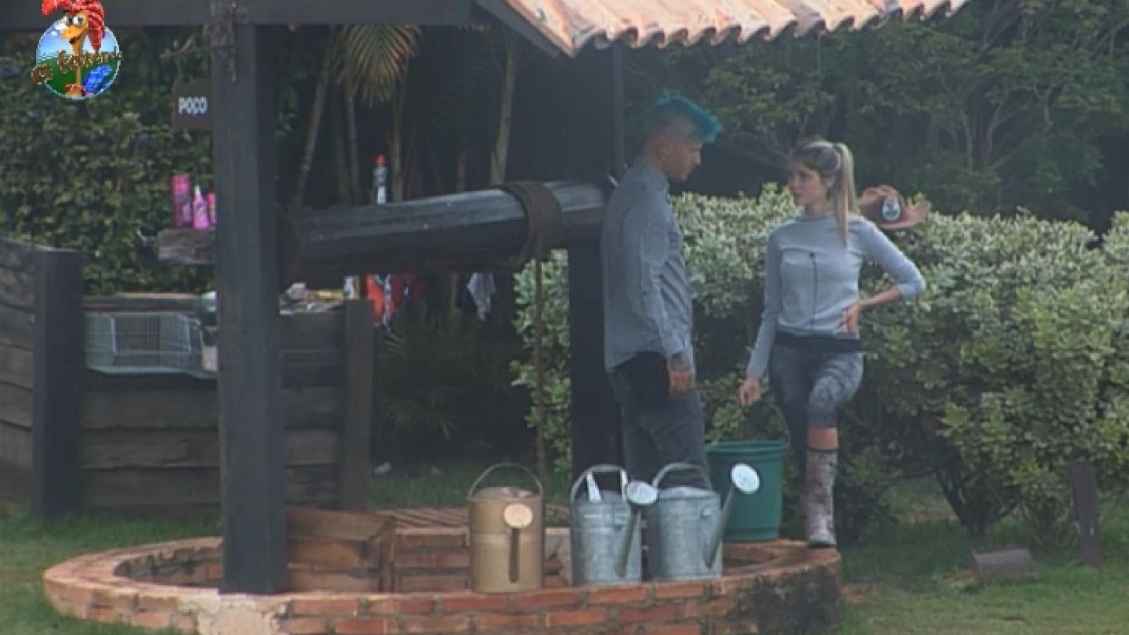 13.ago.2013 - Mateus Verdelho pega água do poço para que Bárbara tome banho