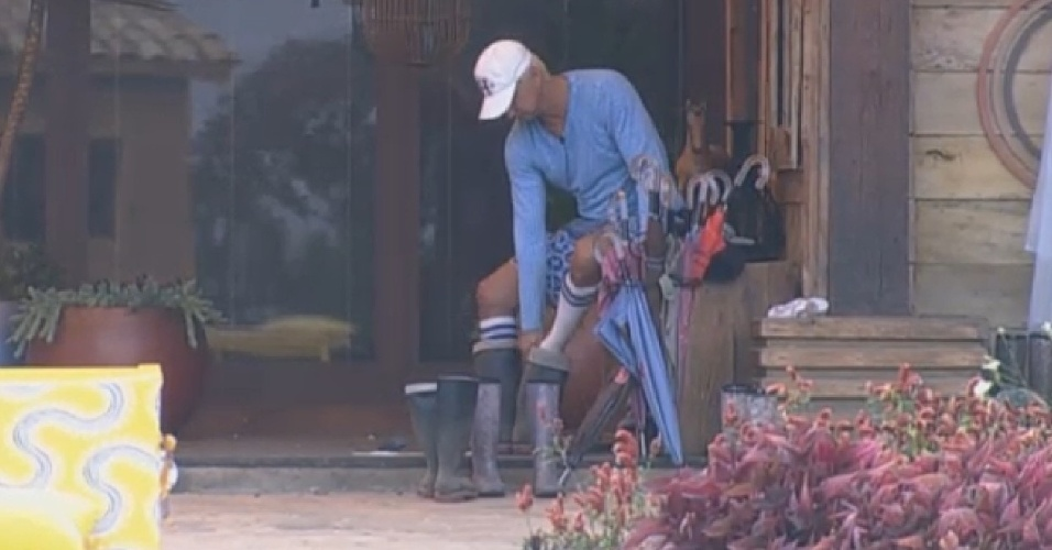 13.ago.2013 - Paulo Nunes se prepara para cumprir as primeiras tarefas do dia