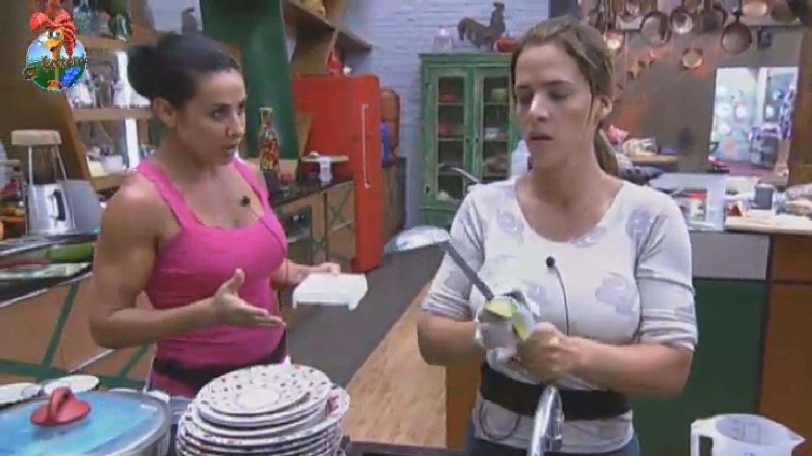 13.ago.2013 - Scheilla Carvalho perde a paciência com Denise Rocha ao ouvir a peoa provocar Yani de Simone