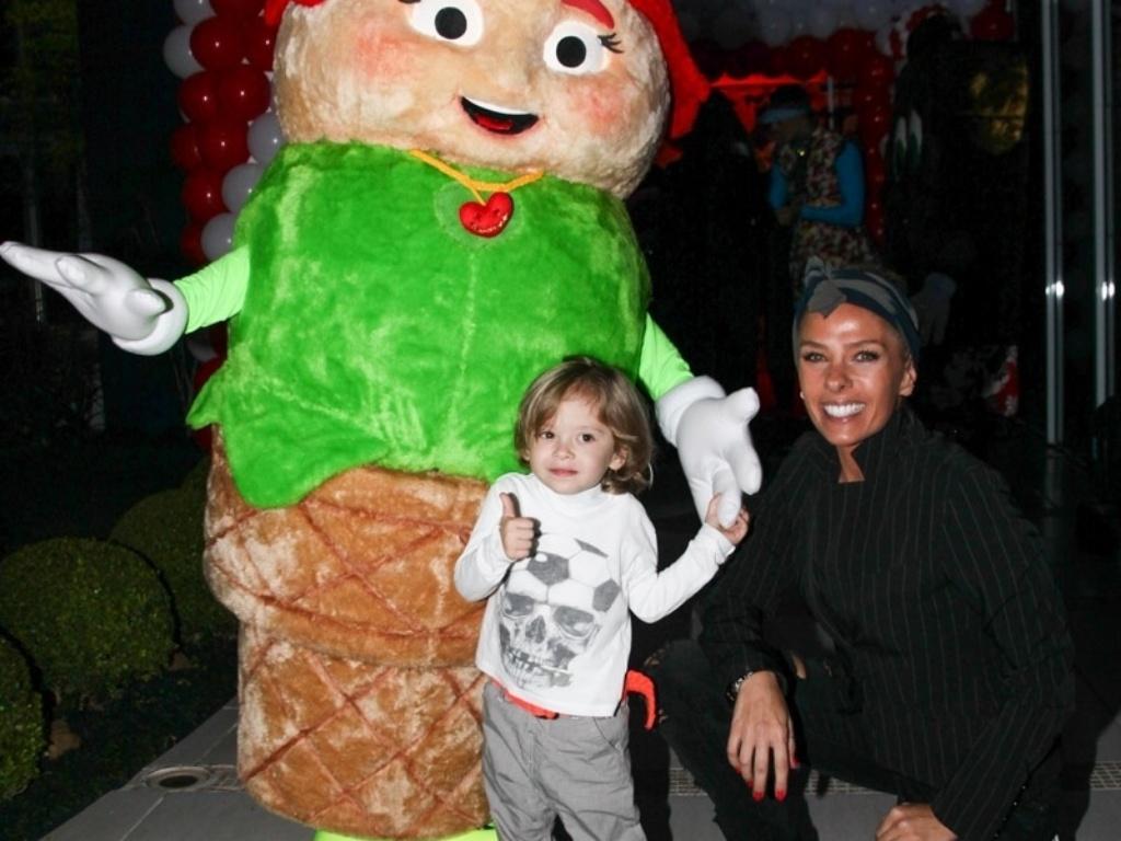 13.ago.2013- Adriane Galisteu com o filho Vittorio