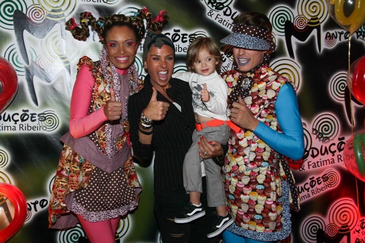13.ago.2013- Adriane Galisteu e o filho Vittorio se divertem no evento em São Paulo