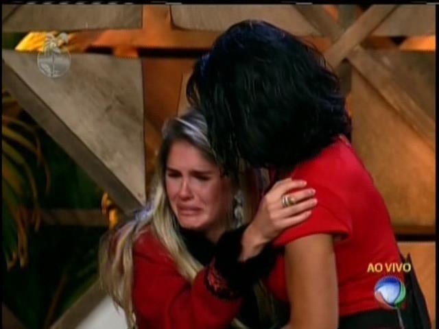 13.ago.2013 - Bárbara se emociona ao sabe que vai ficar no reality show