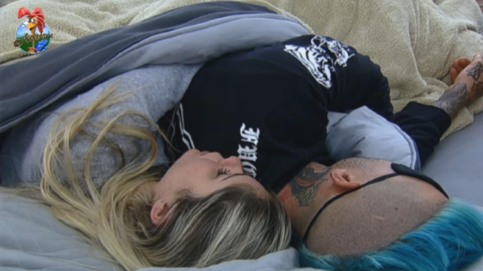 14.ago.2013 - Depois de voltar da roça, Bárbara Evans dorme até mais tarde com Mateus Verdelho
