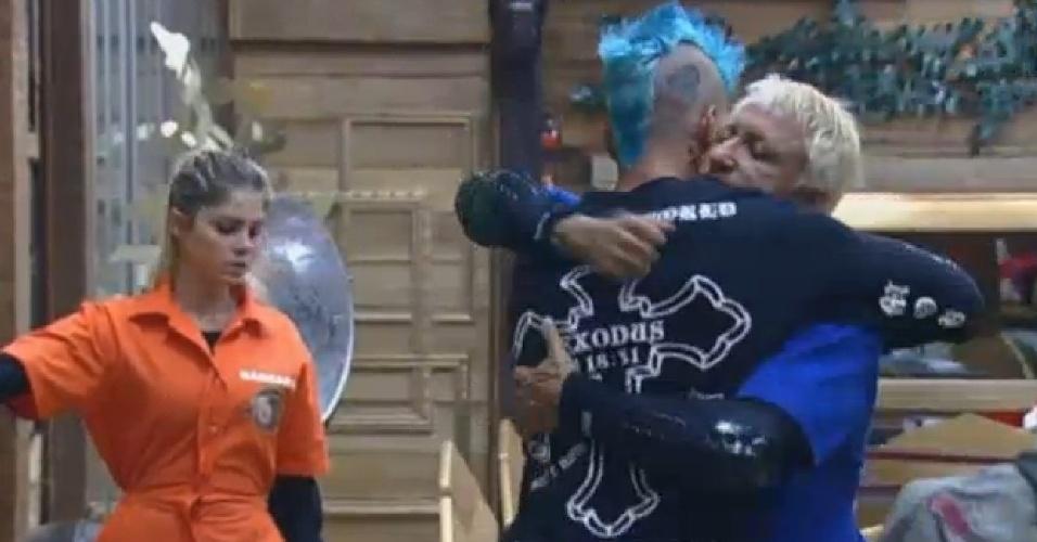 14.ago.2013 - Mateus deseja sorte para Paulo Nunes em prova da chave