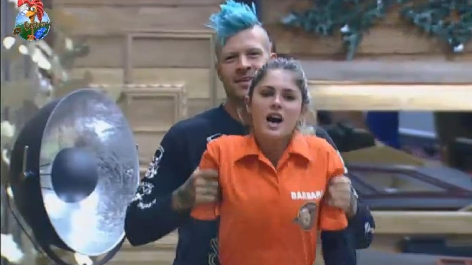 14.ago.2013 - Mateus e Bárbara aproveitam momento juntos antes da prova da chave