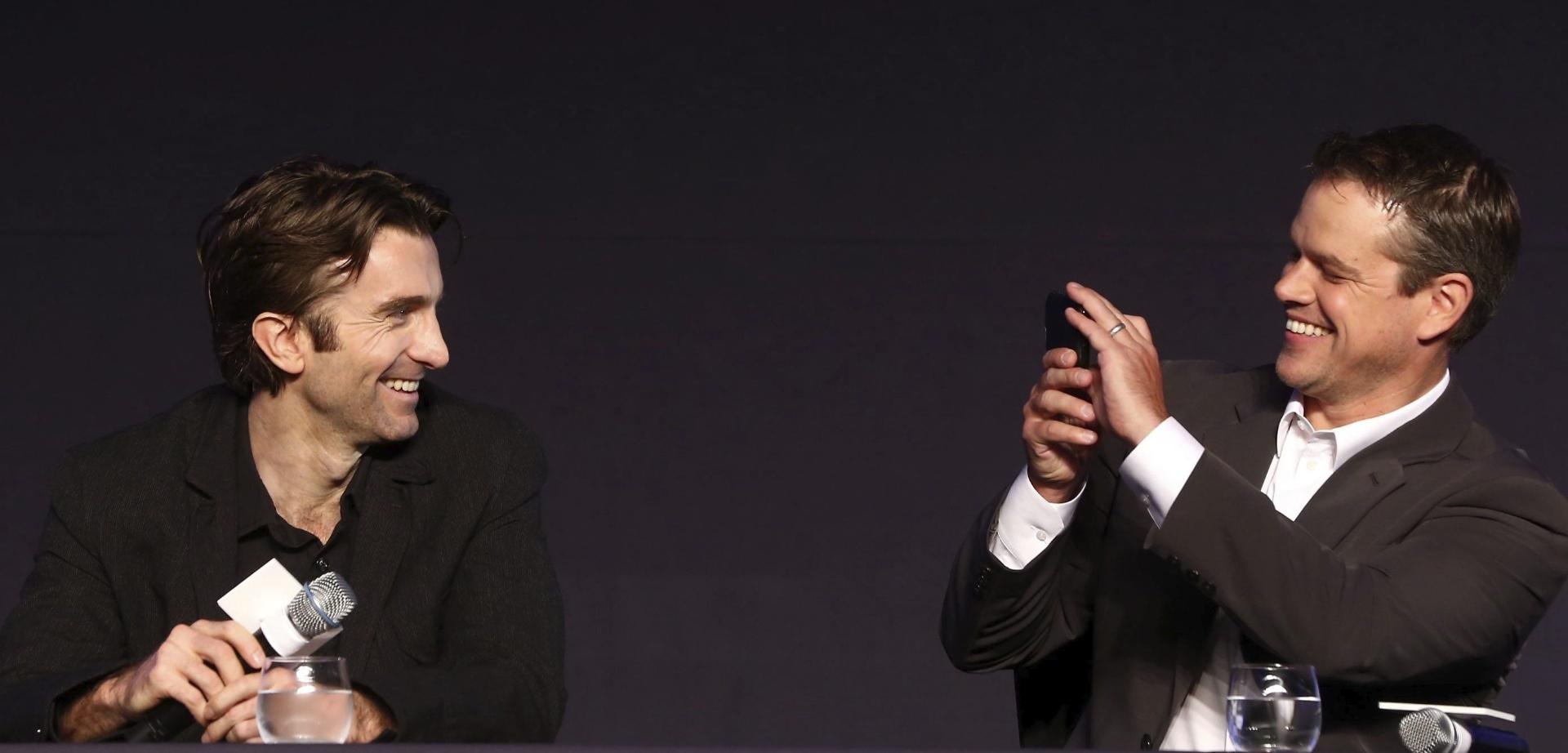 14.ago.2013 - Os atores Sharlto Copley e Matt Damon, protagonistas de