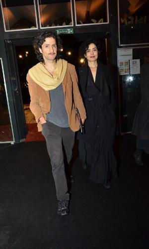 14.ago.2013 - Letícia Sabatella chega com o namorado, Fernando Alves Pinto, ao Festival de Cinema de Gramado