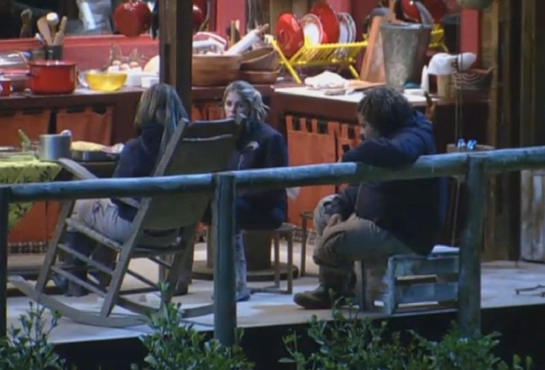 15.ago.2013 - Após briga com direito a cuspe na cara, Bárbara e Denise conversam tranquilamente no celeiro