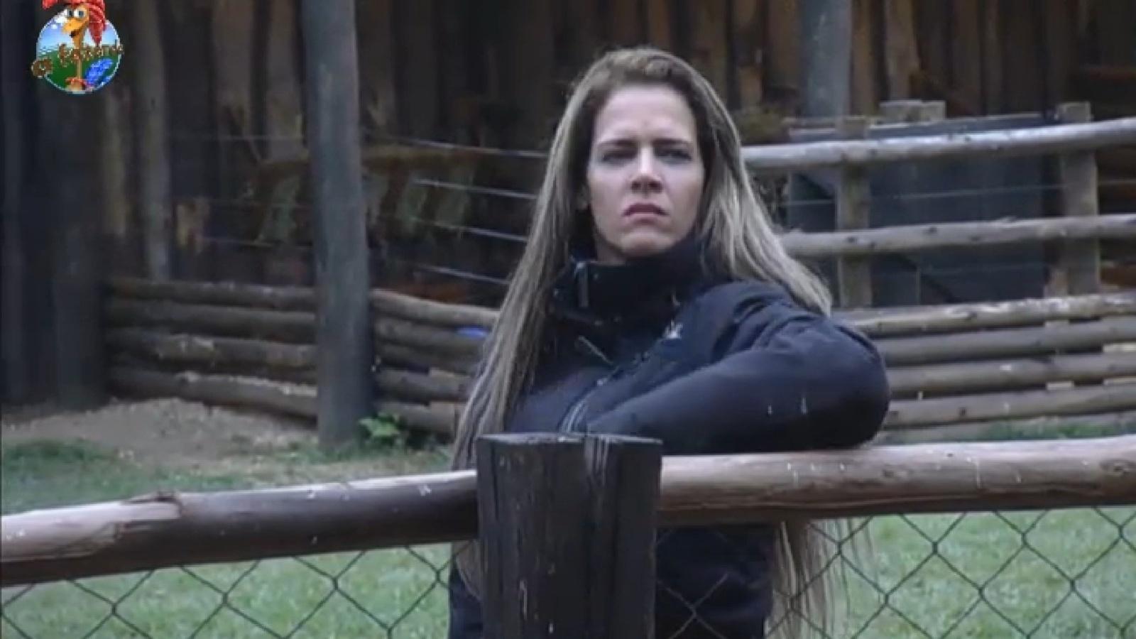 15.ago.2013 - Após noite conturbada, Denise Rocha observa os animais na manhã desta quinta-feira