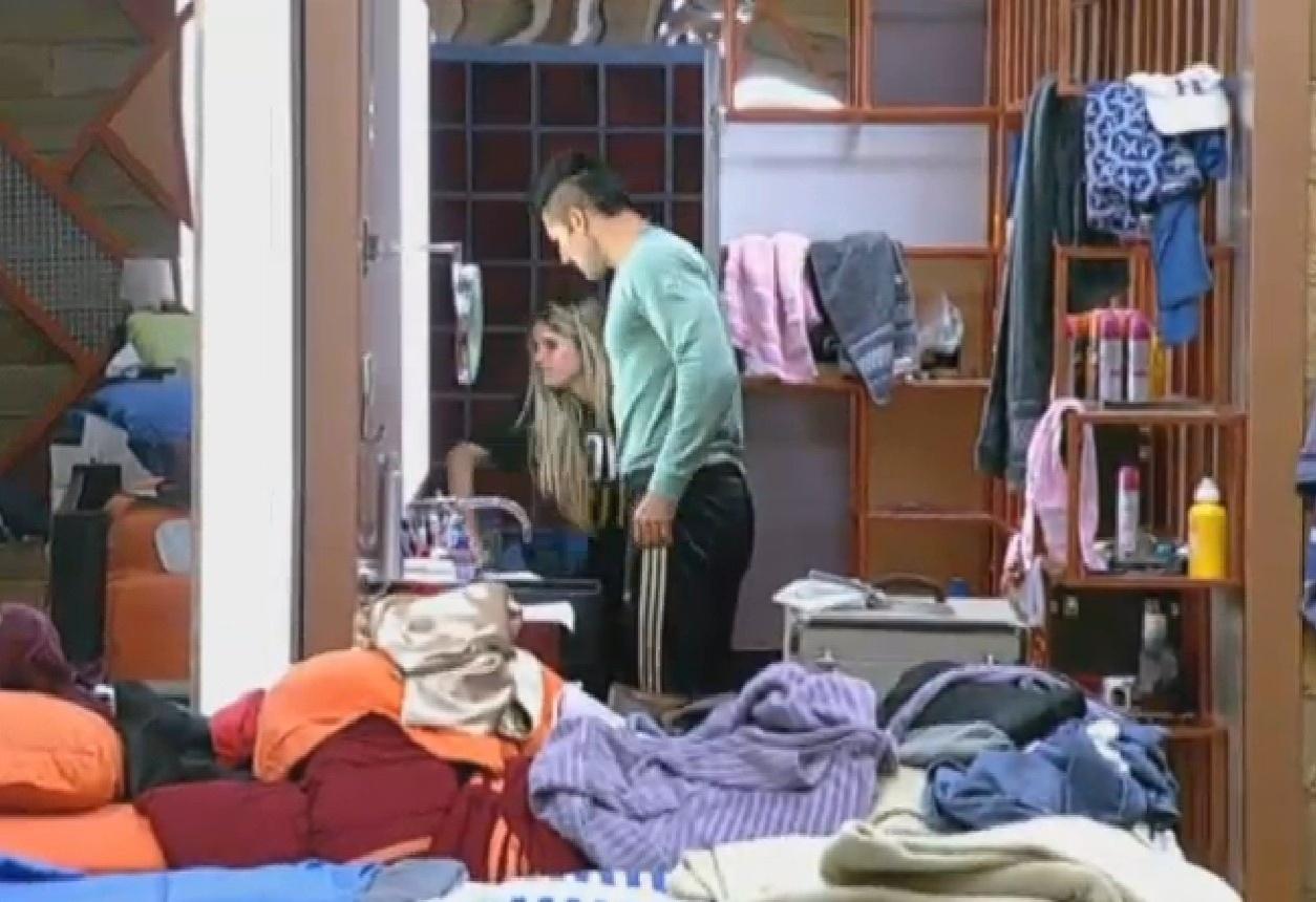 15.ago.2013 - Bárbara começa a tacar as coisas dentro do banheiro e Beto tenta acalmar a peoa