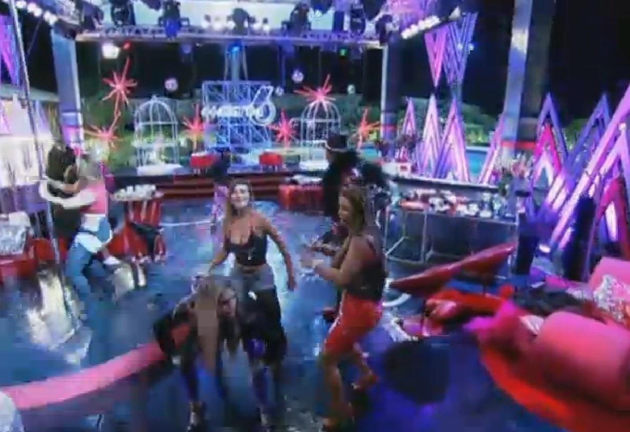 15.ago.2013 - Bárbara provoca Denise durante a festa