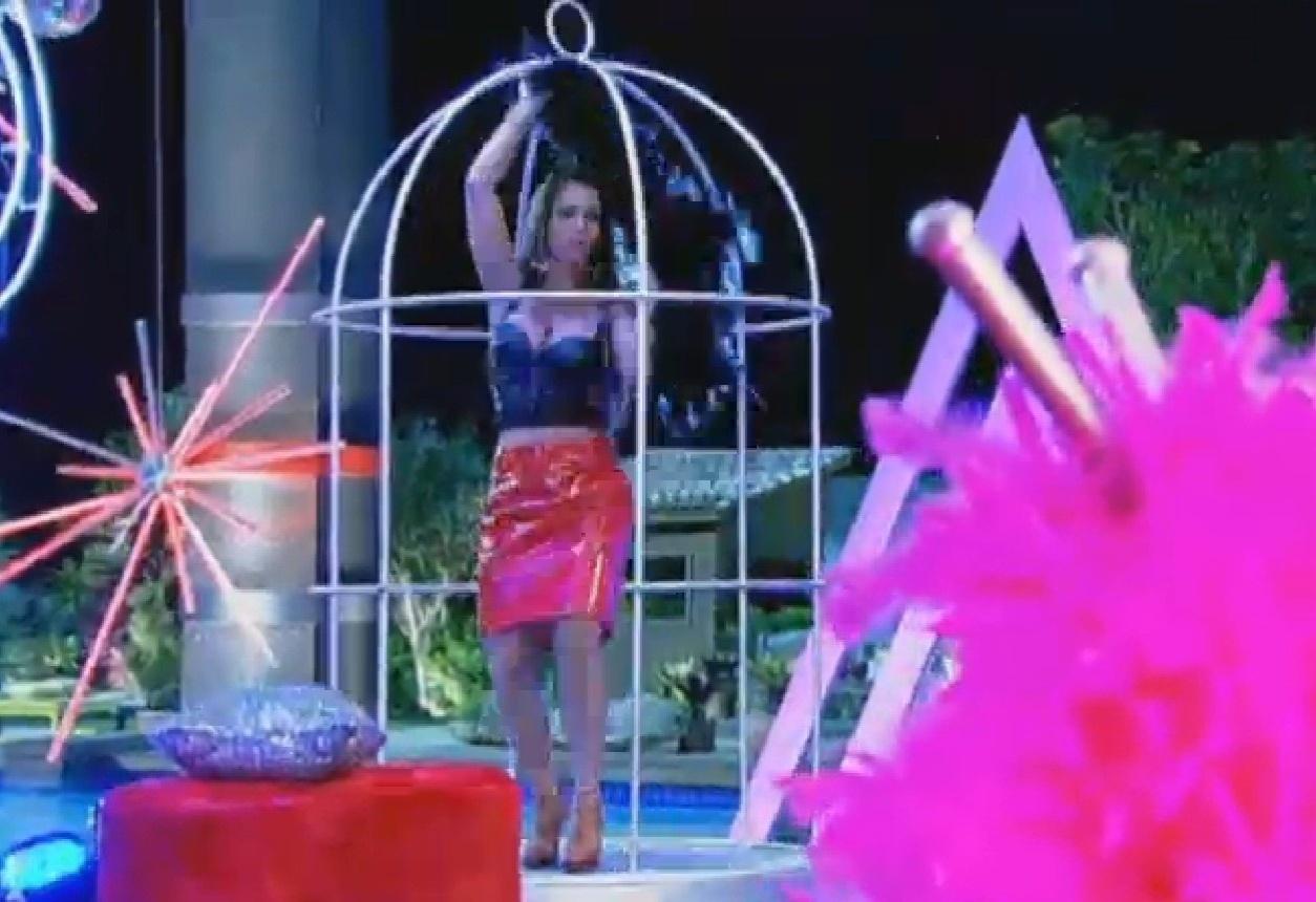 15.ago.2013 - Denise entrou na gaiola e pediu para Marcão ensiná-la a dançar na gaiola