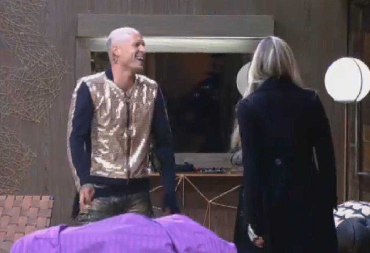 15.ago.2013 - Mateus dá risada com Bárbara