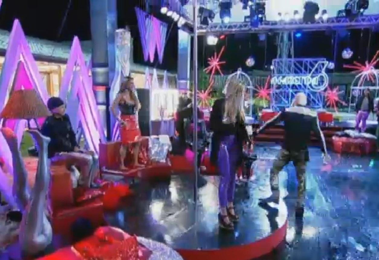 15.ago.2013 - Mateus fica irritado e parte para cima de Denise