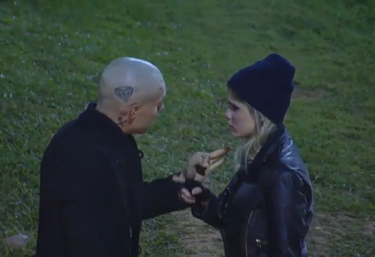 15.ago.2013 - Mateus implora para Bárbara descer para o celeiro