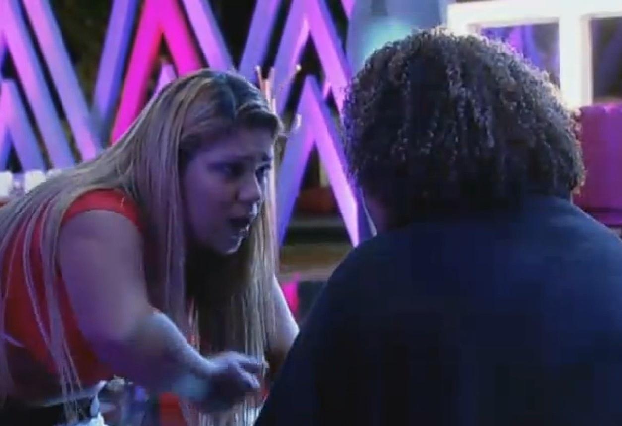 15.ago.2013 - Yani comenta com Gominho sobre a briga da festa