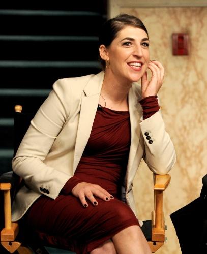 """15.ago.2013 - A atriz Mayim Bialik (Amy) comenta sobre o sucesso da série """"The Big Bang Theory"""" durante bate-papo com os membros da academia de artes, televisão e ciência da Warner Bros"""