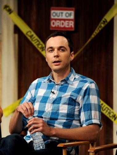 15.ago.2013 - O ator Jim Parsons (Sheldon) participa de bate-papo com os membros da academia de artes, televisão e ciência da Warner Bros