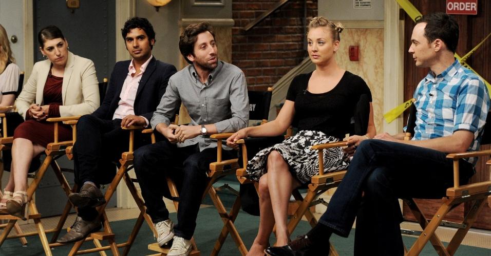"""15.ago.2013 - Os atores Mayim Bialik (Amy), Kunal Nayyar (Raj), Kaley Cuoco (Penny) e Simon Helberg (Howard) comemoram o sucesso da série e se divertem com os elogios e comentários dos produtores de """"The Big Bang Theory"""", que estreia sua sétima temporada em 26 de setembro"""