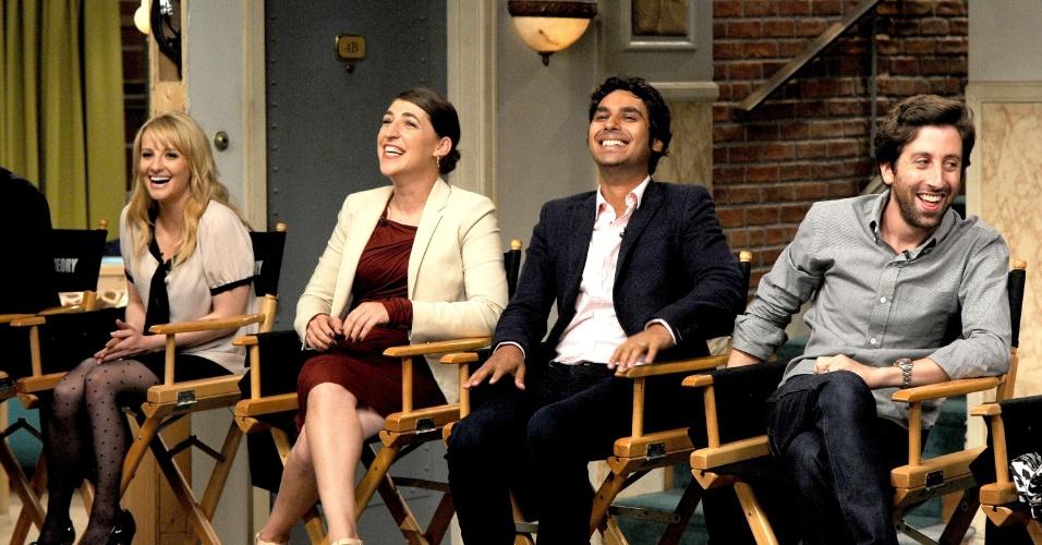 """15.ago.2013 - Os atores Melissa Rauch (Bernadette), Mayim Bialik (Amy), Kunal Nayyar (Raj) e Johnny Galecki (Leonard) comemoram o sucesso da série e se divertem com os elogios e comentários dos produtores de """"The Big Bang Theory"""", que estreia sua sétima temporada em 26 de setembro"""