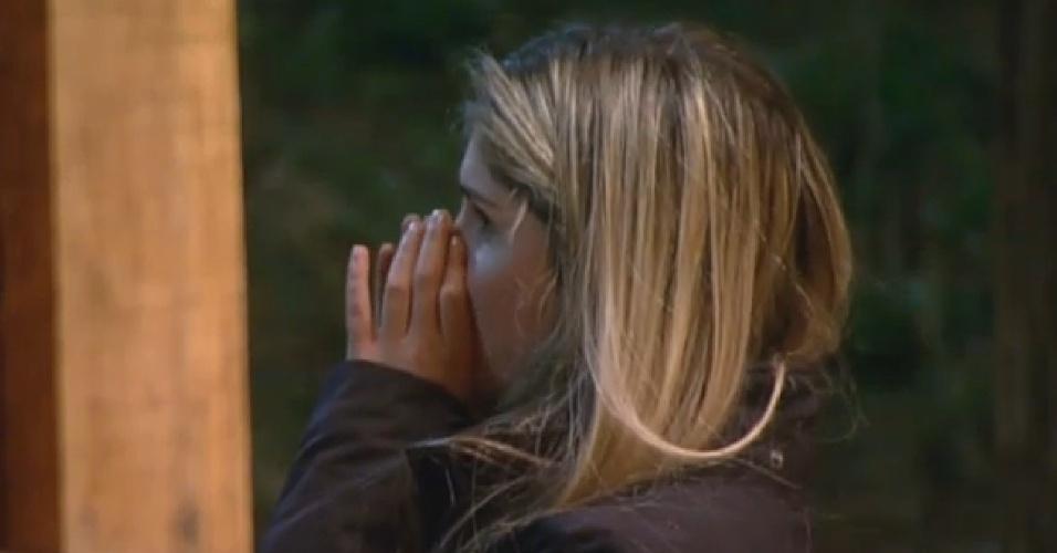 16.ago.2013 - Bárbara Evans se despede de Mateus Verdelho antes de dormir