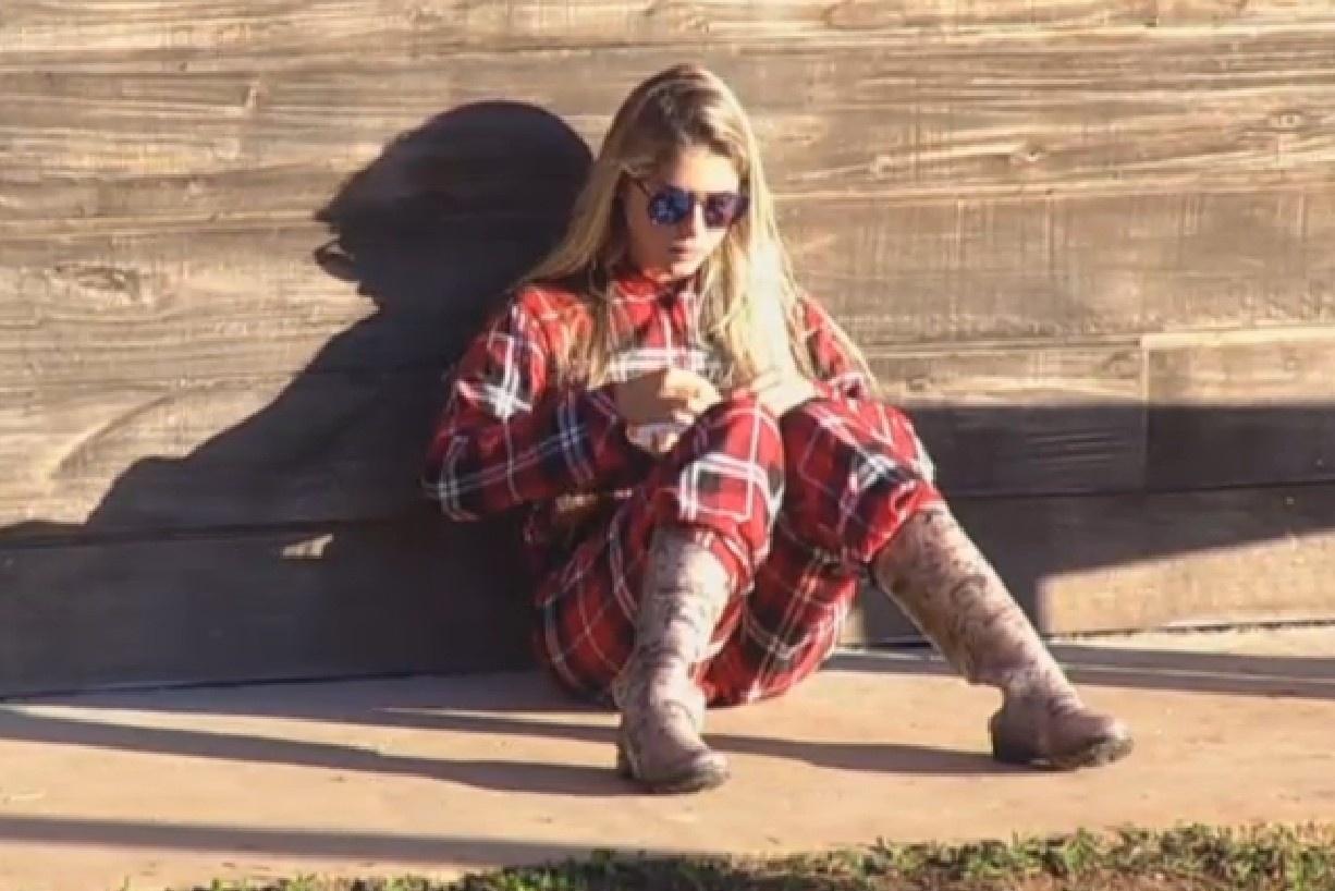 16.ago.2013 - Bárbara Evans se isola para tomar café da manhã no celeiro