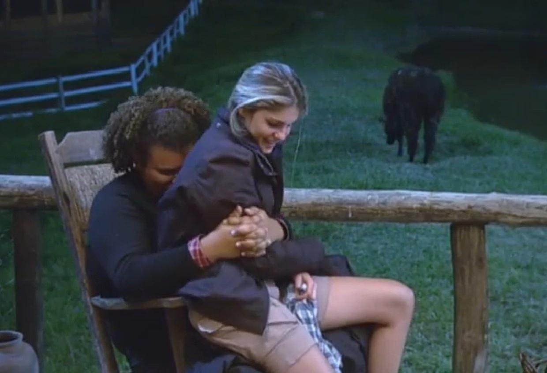 16.ago.2013 - Bárbara Evans senta no colo de Gominho  e canta Sandy e Júnior com ele