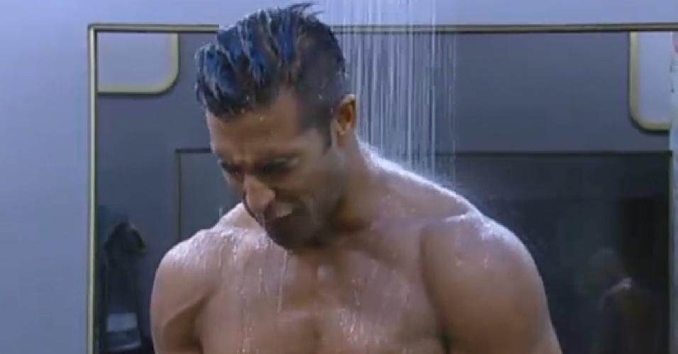 16.ago.2013 - Beto Malfacini toma banho com Mateus Verdelho