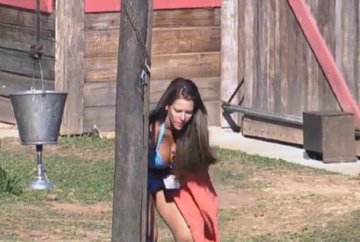 16.ago.2013 - Denise pega água no poço para tomar banho no celeiro