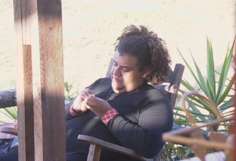 16.ago.2013 - Gominho conversa com Bárbara e Denise sobre punição na cozinha do celeiro