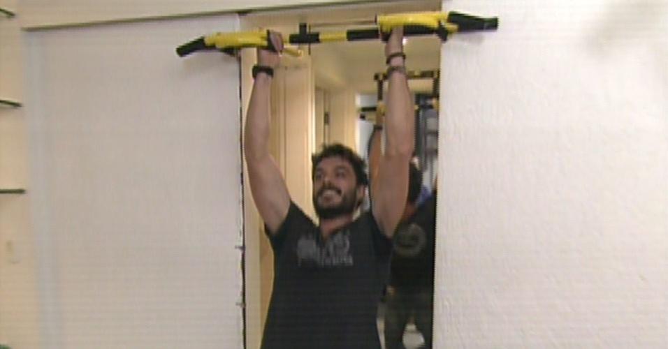 """16.ago.2013 - Kiko Pissolato, o Maciel de """"Amor à Vida"""", faz exerícios em sua casa para o """"Mais Você"""""""