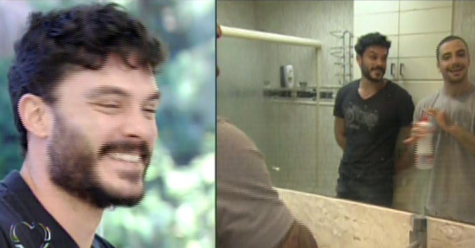 """16.ago.2013 - Kiko Pissolato e Felipe Titto, o Maciel e o Wagner de """"Amor à Vida"""", abrem a casa para o """"Mais Você"""" e mostram o banheiro do apartamento que dividem no Rio de Janeiro"""
