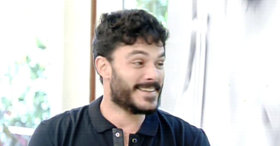 """16.ago.2013 - Kiko Pissolato, o motorista Maciel de """"Amor à Vida"""", é entrevistado por Ana Maria Braga  no """"Mais Você"""""""