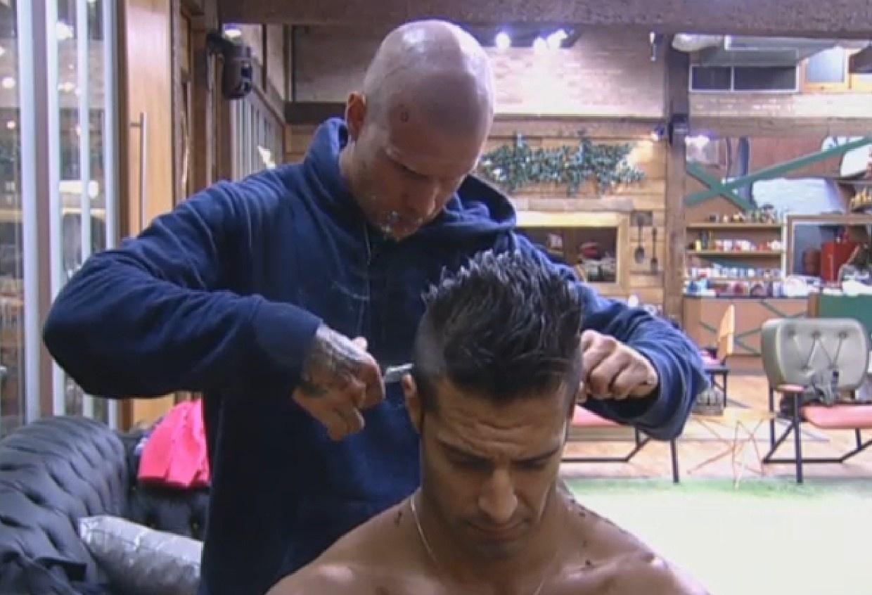 16.ago.2013 - Mateus Verdelho apara cabelo de Beto Malfacini