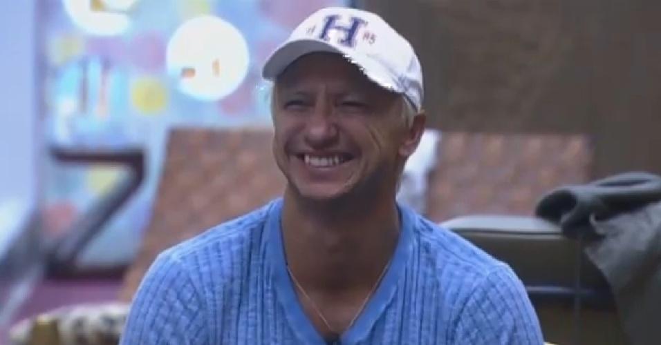 16.ago.2013 - Paulo Nunes dando risada ao falar de Denise para Yudi e Beto