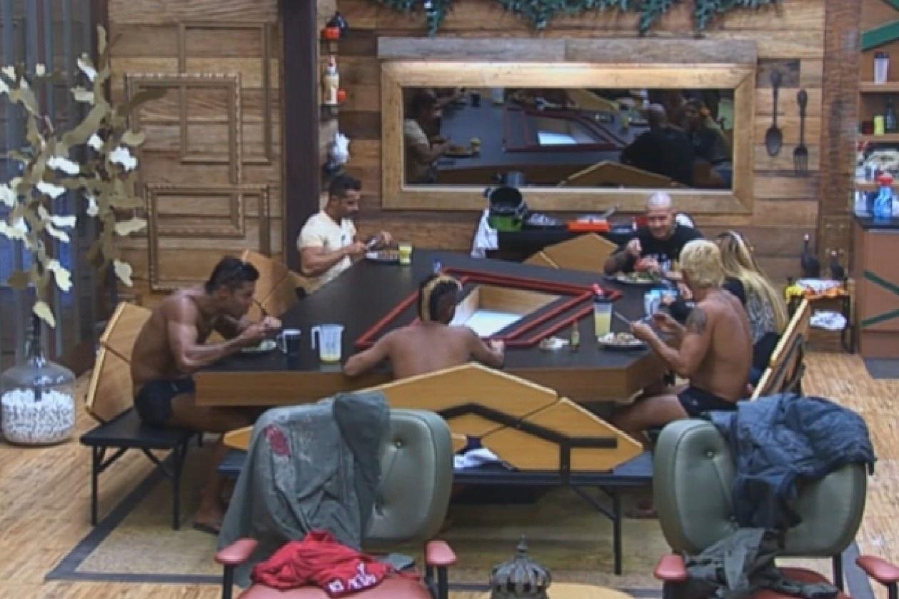 16.ago.2013 - Peões elogiam almoço feito por Yani