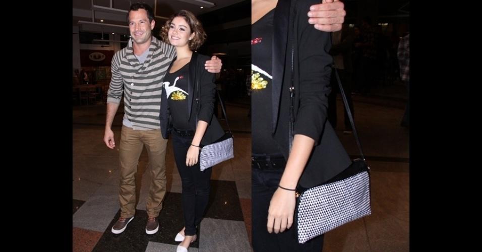 A brasileira Sophie Charlotte usa uma bolsa pequena em preto e branco da Corello