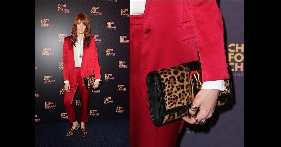 A cantora Florence Welch combina seus mocassins de estampa de onça com sua Clutch